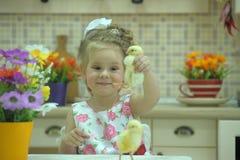 Mädchen mit Hühnern lizenzfreies stockfoto