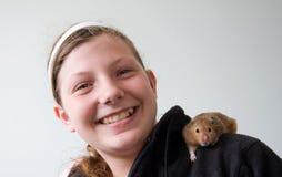Mädchen mit Hamster auf ihrer Schulter Stockfotos