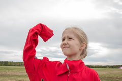 Mädchen mit Handy und bewölktem Himmel Stockfotografie