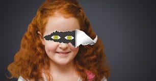 Mädchen mit heftigem Papier auf Augen und gezogenen Augen Lizenzfreies Stockbild