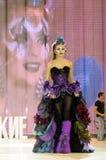 Mädchen mit heller Make-upshow am Festival der Schönheit Lizenzfreie Stockfotos