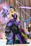 Mädchen mit heller Make-upshow am Festival der Schönheit Stockfotos