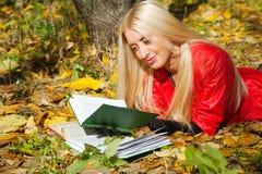 Mädchen mit in Herbstpark lizenzfreies stockfoto
