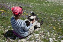 Mädchen mit Hund. Lizenzfreies Stockfoto
