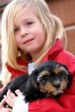 Mädchen mit Hund lizenzfreies stockbild
