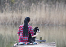 Mädchen mit Hund auf dem Dock Stockfotos