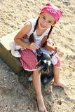 Mädchen mit Hund auf dem Strand Lizenzfreie Stockfotografie