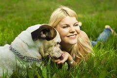 Mädchen mit Hund im Gras Stockbild