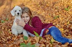 Mädchen mit Hund im Park Lizenzfreies Stockfoto