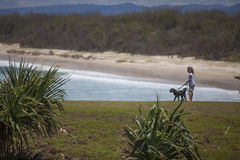 Mädchen mit Hund in Ozean lizenzfreie stockfotografie
