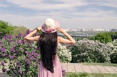 Mädchen mit Hut betrachtet die Stadt stockfoto