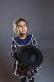 Mädchen mit Hut in der Hand um Münzengrau bitten Stockbild