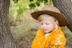 Mädchen mit Hut und orange pelerine in der Herbstsaison Lizenzfreie Stockfotos