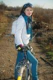 Mädchen mit ihrem Fahrrad Stockfoto