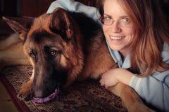 Mädchen mit ihrem Hund lizenzfreies stockbild