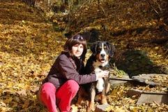 Mädchen mit ihrem Hund Stockfotografie