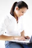 Mädchen mit ihrem Laptop Lizenzfreies Stockfoto