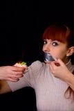 Mädchen mit ihrem Mund versiegelt mit Klebstreifen und Kuchen Stockbild