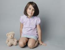 Mädchen mit ihrem Spielzeug lizenzfreies stockbild