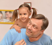 Mädchen mit ihrem Vater lizenzfreies stockbild