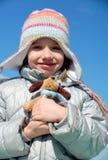 Mädchen mit ihrem weichen Spielzeug Stockfotografie