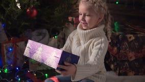 Mädchen mit ihrem Weihnachtsgeschenk stock video footage