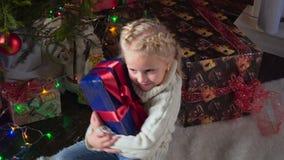 Mädchen mit ihrem Weihnachtsgeschenk stock footage