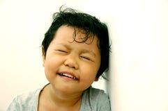 Mädchen mit ihren Augen geschlossen lizenzfreie stockbilder