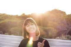 Mädchen mit ihren Fingern oben mit einer positiven Geste Positives Konzept lizenzfreies stockfoto