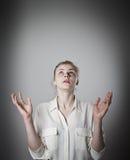Mädchen mit ihren Händen oben Stockfoto