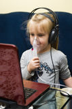 Mädchen mit Inhalationsapparat Stockfoto