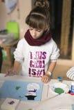 Mädchen mit 10-Jährigen, das ein Weihnachtshandwerk macht Lizenzfreie Stockbilder