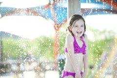 Mädchen mit 6-Jährigen an einem Spritzenpark lizenzfreie stockfotos