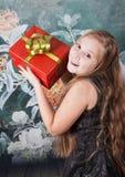 Mädchen mit 10-Jährigen mit Geschenk stockfoto