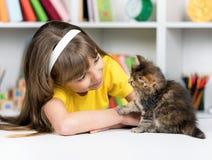 Mädchen mit Kätzchen Lizenzfreies Stockbild