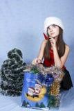 Mädchen mit Käufen auf Weihnachten. Lizenzfreie Stockfotografie
