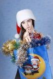 Mädchen mit Käufen auf Weihnachten. Stockfotos