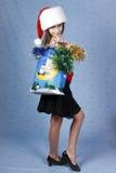 Mädchen mit Käufen auf Weihnachten. Lizenzfreie Stockbilder
