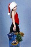 Mädchen mit Käufen auf Weihnachten. Stockfoto