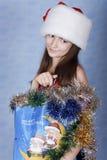 Mädchen mit Käufen auf Weihnachten. Stockbild