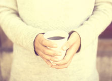 Mädchen mit Kaffeetasse draußen Stockbild