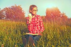 Mädchen mit Kaffeetasse und Buch Lizenzfreie Stockbilder
