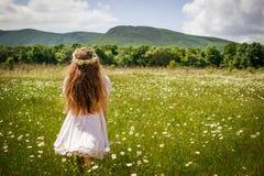 Mädchen mit Kamillenkranz Stockfotos