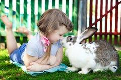 Mädchen mit Kaninchen Stockfotos