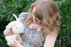 Mädchen mit Kaninchen auf Händen stockfotografie