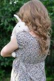 Mädchen mit Kaninchen auf Händen stockbild