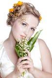 Mädchen mit kann Lilienblumen Lizenzfreie Stockfotos