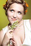 Mädchen mit kann Lilienblumen Lizenzfreie Stockbilder