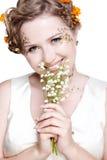 Mädchen mit kann Lilienblumen Stockfotografie