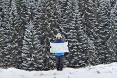 Mädchen mit Karte an den Bergen Stockfotos